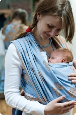 новорождённый в слинге